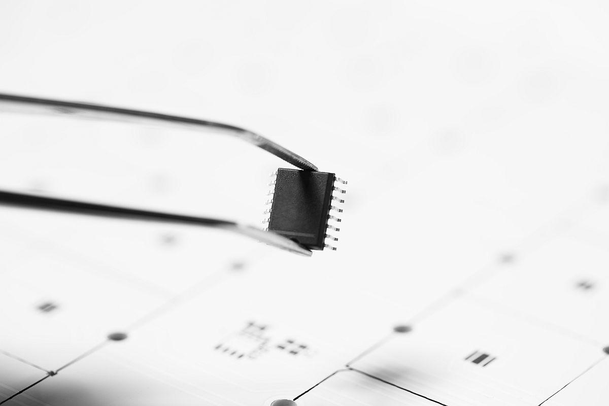 Tweezers with microchip